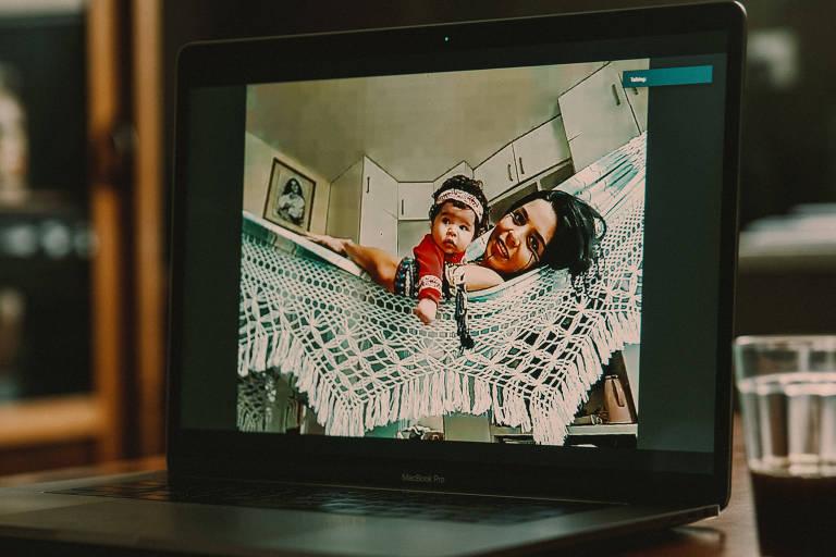 A cozinheira e pensadora indígena paraense Tainá Marajoara, 38, se descobriu grávida na pandemia, enfrentou dificuldades para realizar o pré-natal e vive isolada com a família e a filha Inaiê Matsimi, de dois meses -Gabriel Cabral/Folhapress
