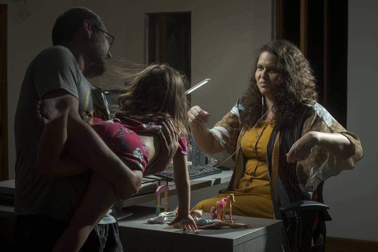 Daniela da Silva, mãe de Olívia, 4, trabalha como financiadora de projetos da organização Open Society Foundationenquanto o companheiro, Andrei Scapin, cuida da filha. Ainda assim, ela se sente sobrecarregada porque a divisão das tarefas segue sendo quase 50/50 entre o casal -Jardiel Carvalho/Folhapress