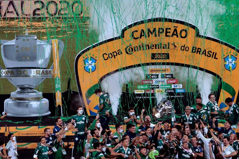 Palmeirenses levantando a taça da Copa do Brasil