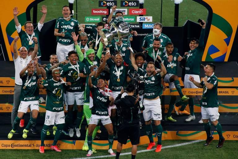 Jogadores do Palmeiras comemoram no pódio, no Allianz Parque, a conquista do quarto título da Copa do Brasil