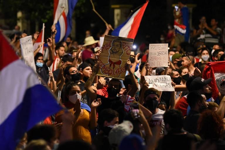 Manifestantes protestam nas imediações da residência do presidente Mario Abdo Benítez, em Assunção
