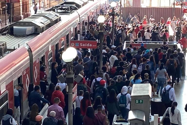 Legenda : Estação da Luz na manhã do primeiro dia util de fase vermelha em São Paulo. (Foto: Marlene Bergamo/Folhapress)