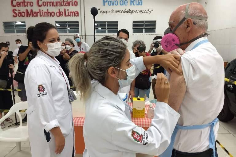Padre Júlio Lancellotti recebe segunda dose da Coronavac em SP