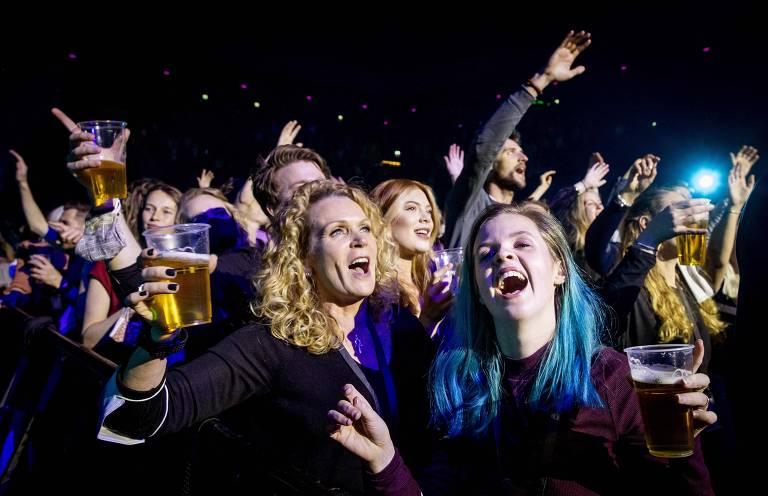 Moças cantam e dançam