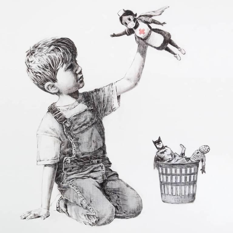 Menino brinca com boneco