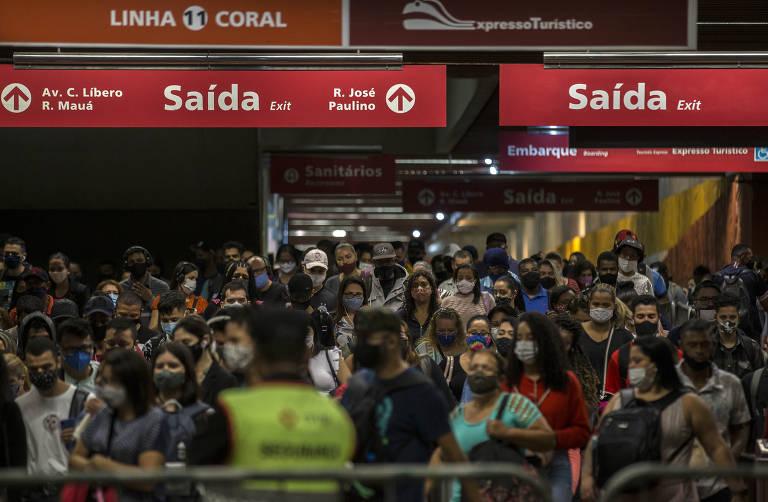 Passageiros se aglomeram em trens do metrô e da CPTM em primeiro dia útil da fase vermelha do Plano São Paulo