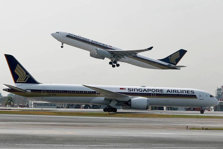 Aviões da Singapore Airlines no aeroporto Changi, em Singapura