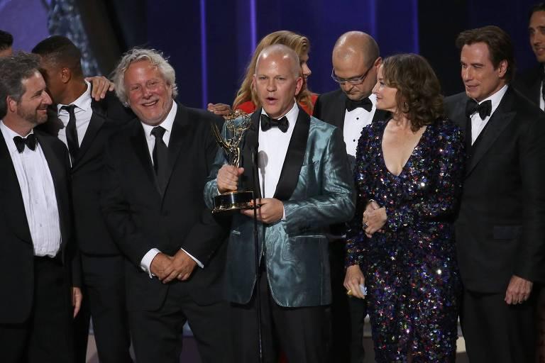 """Ryan Murphy recebe o Emmy de melhor minissérie por """"The People v. O.J. Simpson: American Crime Story"""", em 2016"""