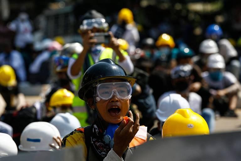 Em Yangon, manifestante grita durante protesto contra golpe militar em Mianmar