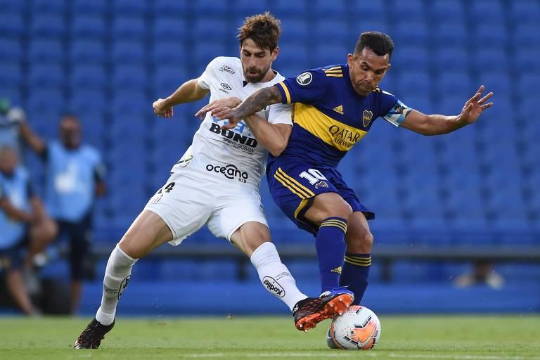 Luan Peres tenta desarmar Carlos Tevez, na semifinal da Libertadores, contra o Boca Juniors