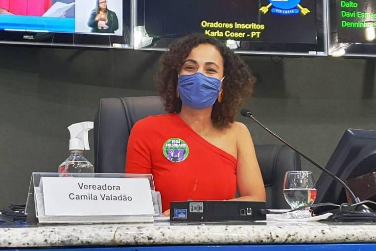 Vereadora de Vitória (ES) é censurada por colega ao usar blusa que deixa ombro à mostra; veja vídeo