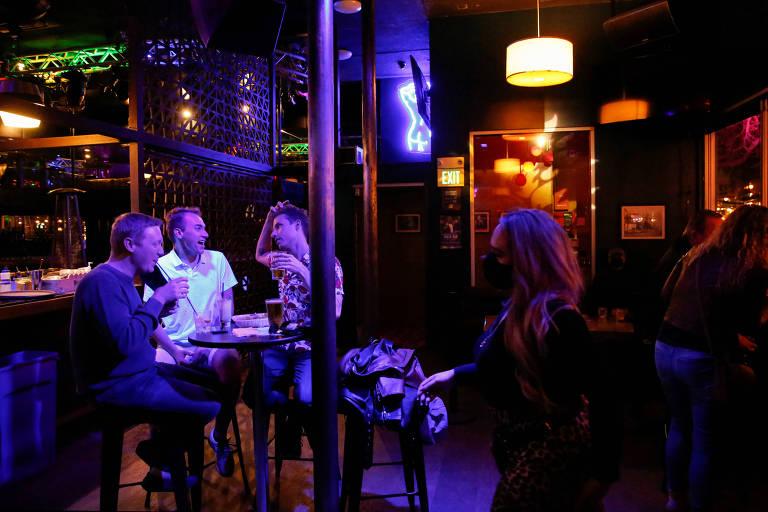 Americanos frequentam bar em San Francisco, na Califórnia, após liberação de funcionamento desses locais na região