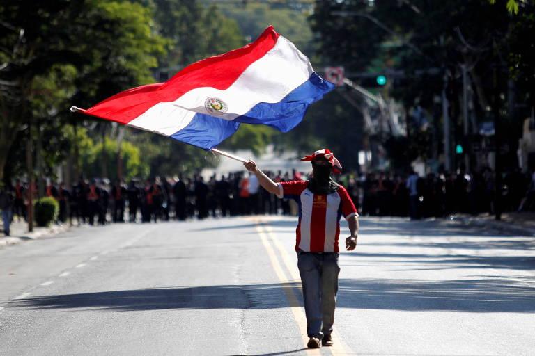 Manifestante leva bandeira paraguaia durante protesto contra o presidente Mario Abdo Benitez