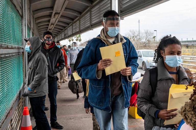 Migrantes de aproximam da fronteira com Brownsville, no Texas