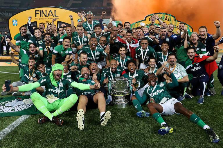 Sentados no gramado do Allianz Parque, palmeirenses celebram a conquista da Copa do Brasil; Verdão fecha a temporada de 2020 com a tríplice coroa, com os títulos da Copa Libertadores e do Campeonato Paulista