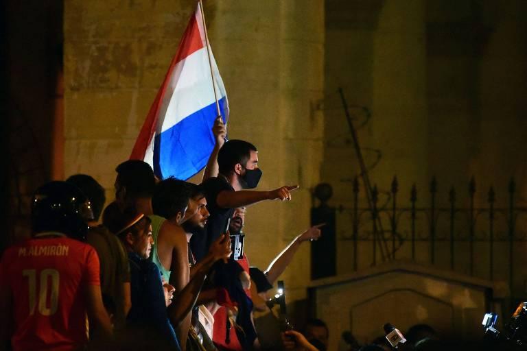 Manifestantes contrários ao presidente Mario Abdo Benítez protestam nas imediações da residência oficial, em Assunção