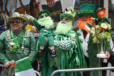 People stand along 5th avenue during the St. Patrick's Day parade in New York March 17, 2014. About one million spectators, mostly dressed in green, streamed into New York on Monday for its St. Patrick's Day Parade, even as the city's mayor and beer companies that previously sponsored the event dropped out amid concerns that organizers excluded gay groups. REUTERS/Shannon Stapleton  (UNITED STATES - Tags: SOCIETY) ORG XMIT: SHN607