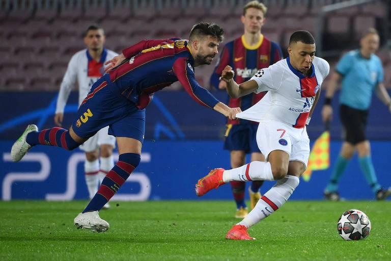 Piqué puxa a camisa de Mbappé e tenta parar o francês na derrota por 4 a 1 no Camp Nou