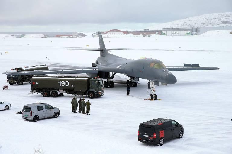 Bombardeiro B-1B sendo reabastecido na base aérea de Bodo, no Círculo Polar Ártico noruguês