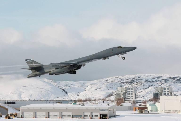 Bombardeiro B-1B decola da base norueguesa de Bodo, no Círculo Polar Ártico, após reabastecer