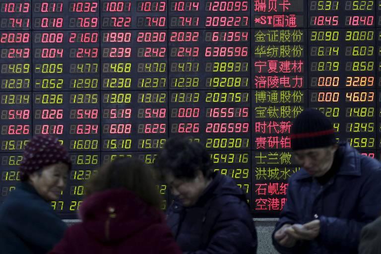 Investidores em Xangai, na China; eles se afastaram das ações de tecnologia e veículos elétricos