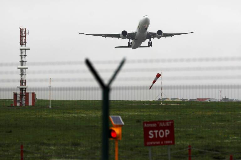 Avião decola do aeroporto de Lisboa, em Portugal