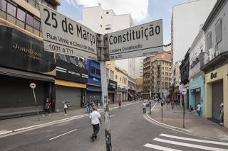 Um ano depois, contraste entre a movimentacao  de pessoas da fase vermelha de marco de 2020 com  a atual marco 2021. Fotos nos mesmos lugares: Rua 25 de Marco