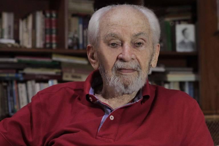 Morre aos 100 anos o jornalista Hélio Fernandes, perseguido e preso pela ditadura militar