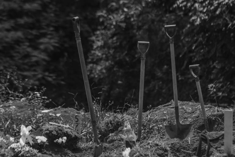 Pás fincadas em cemitério