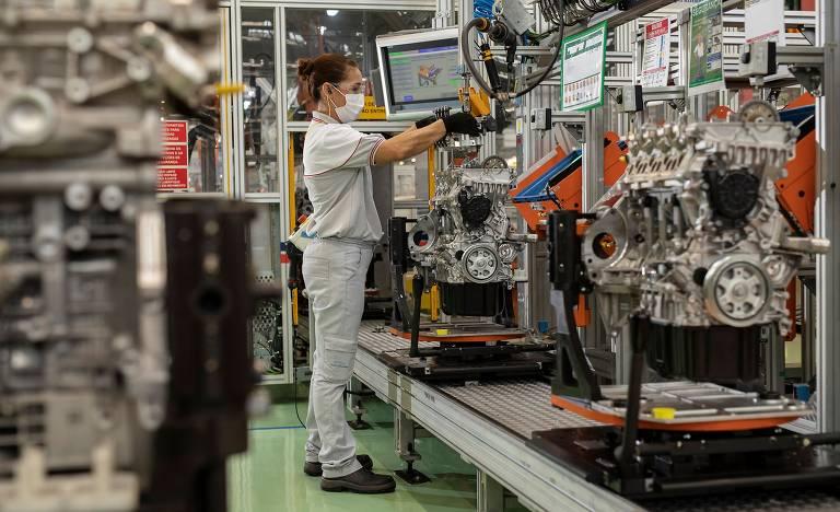 Carlos Tavares, presidente do grupo Stellantis, visita fábrica de motores