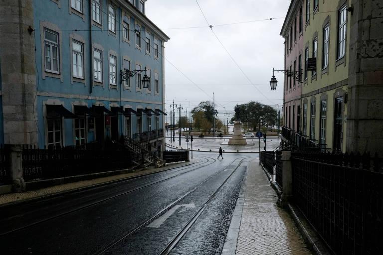 Rua vazia na cidade de Lisboa, durante lockdown nacional em Portugal