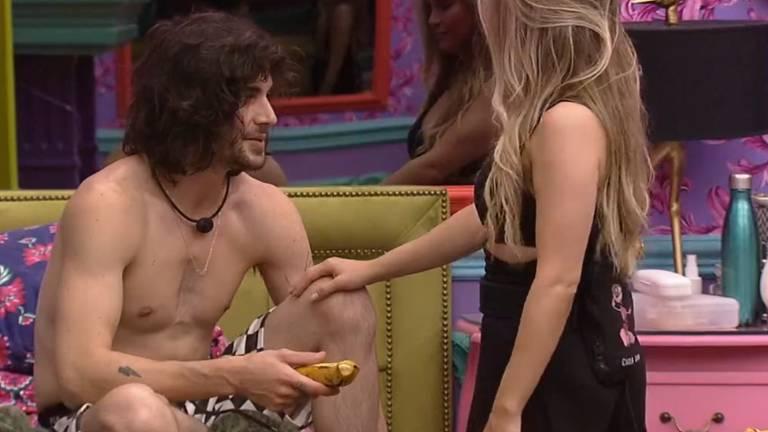 Carla Diaz dá banana a Fiuk após retornar à casa do BBB 21