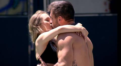 De volta à casa 1, Carla Diaz se declara para Arthur de joelhos: 'Aceita ser meu parceiro no amor e no jogo?'
