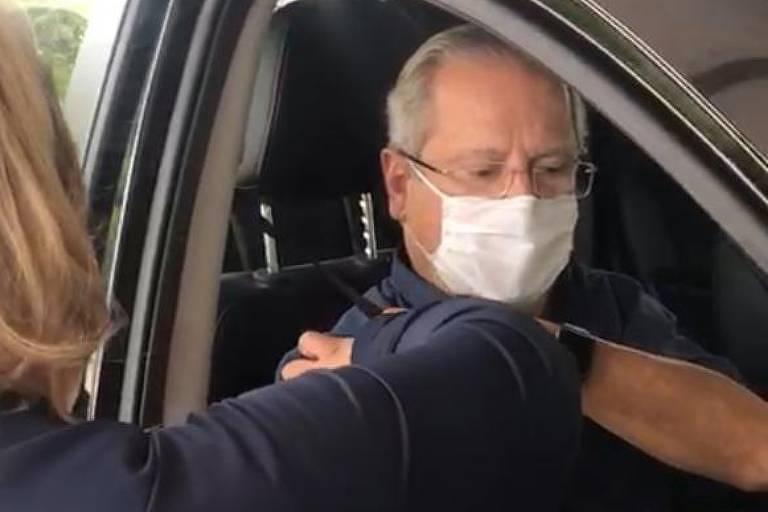 José Dirceu recebe primeira dose da vacina contra Covid-19 e grita 'fora, Bolsonaro'