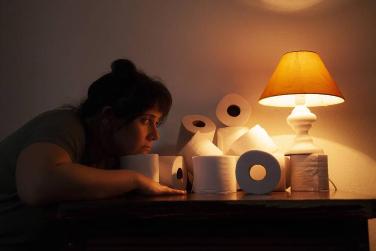 A atriz Emilene Gutierrez na peça 'Experimento Sem_Título', dirigida por Wallyson Mota