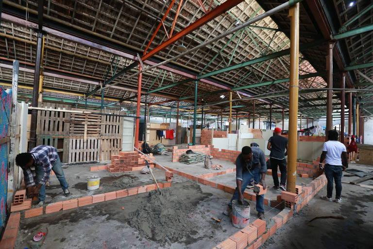 Galpão de antiga indústria de tecidos é ocupado por 300 famílias; haitianos constróem casas de alvenaria em seu interior, na rua da Mooca, na zona leste de São Paulo