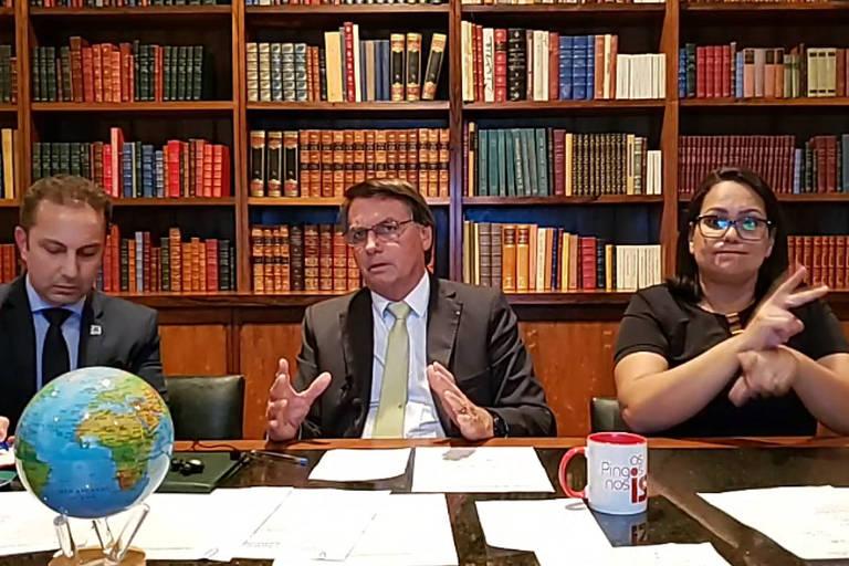 O presidente Bolsonaro em sua live semanal, desta vez com um globo terrestre na mesa