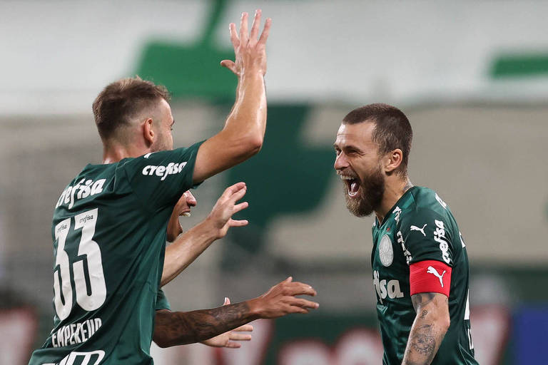 Lucas Lima (à dir.) comemora com Alan Empereur gol marcado pelo Palmeiras contra o São Caetano