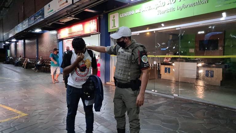 Matheus chora ao chegar em Porto Alegre ao lado do soldado Diogo Ávila após três dias dormindo na rodoviária do Tietê, em SP
