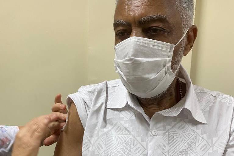 O músico Gilberto Gil toma vacina contra a Covid-19 em Salvador