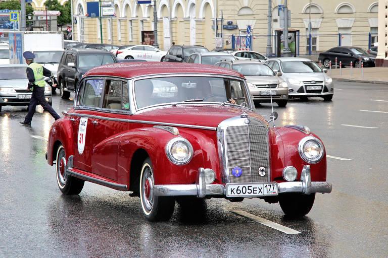 Carro antigo vermelho da Mercedes-Benz nas ruas de Moscou