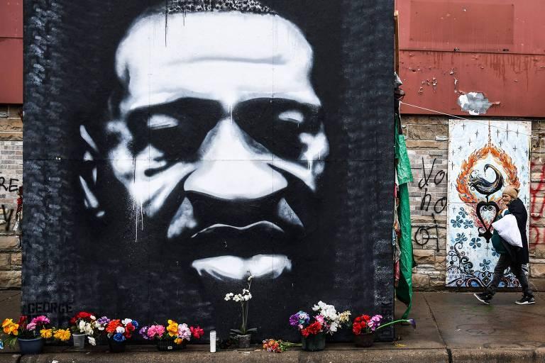 Mulher caminha próximo a memorial em homenagem a George Floyd em Minneapolis