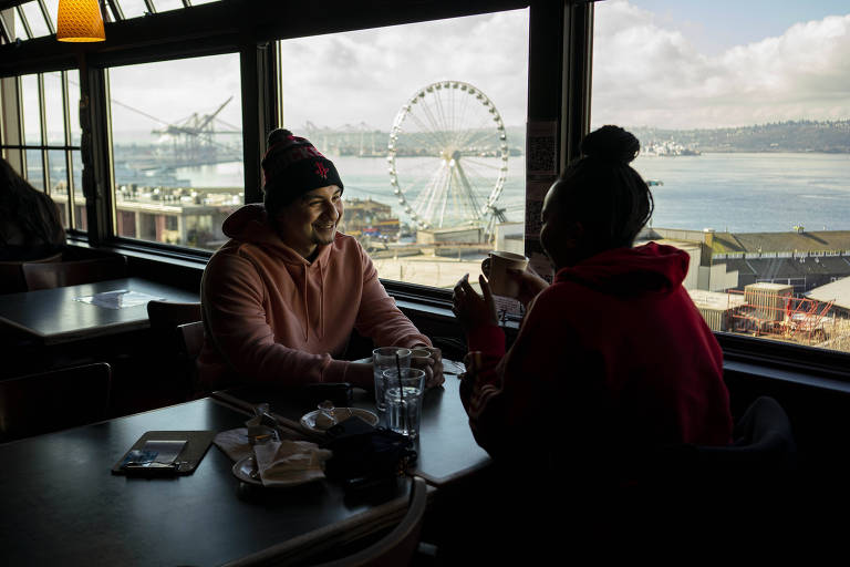 Restaurante no Pike Place Market, em Seattle; comer na área interna de estabelecimento já é permitido em grupos pequenos de pessoas