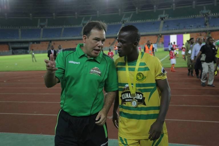 O técnico na época em que comandou o Young Africans, da Tanzânia