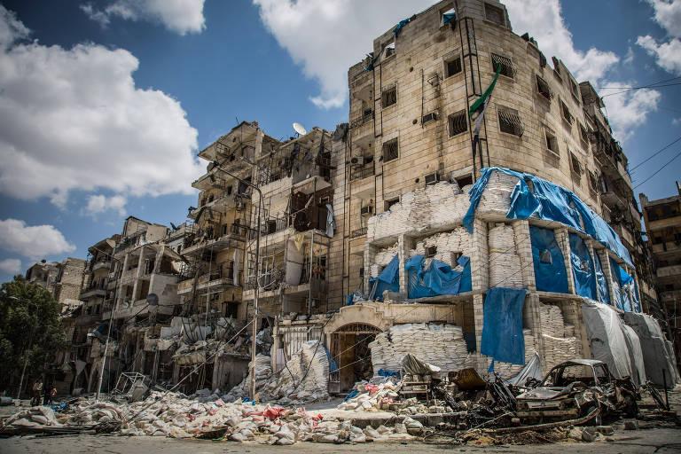 Hospital atingido por bombardeios em Aleppo, na Síria