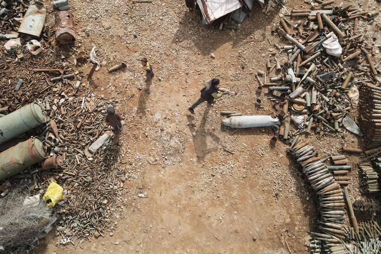Crianças sírias separam sucatas em um ferro-velho nos arredores da cidade de Maaret Misrin, no noroeste de Idlib