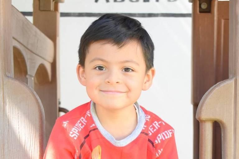 """O mexicano Luis Ricardo Ordaz Zaragoza, 6, autor de """"El Niño que Quiso Cambiar el Mundo"""", livro sobre pobreza, meio ambiente e guerras"""