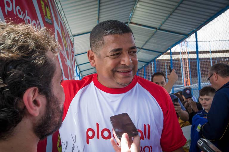 Vampeta participa de partida comemorativa com outros ex-jogadores de futebol, em 2017