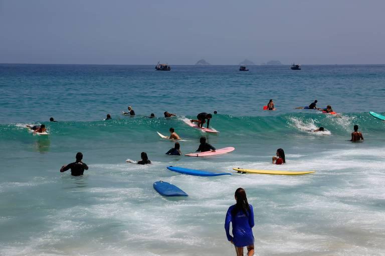 mar com surfistas em pranchas
