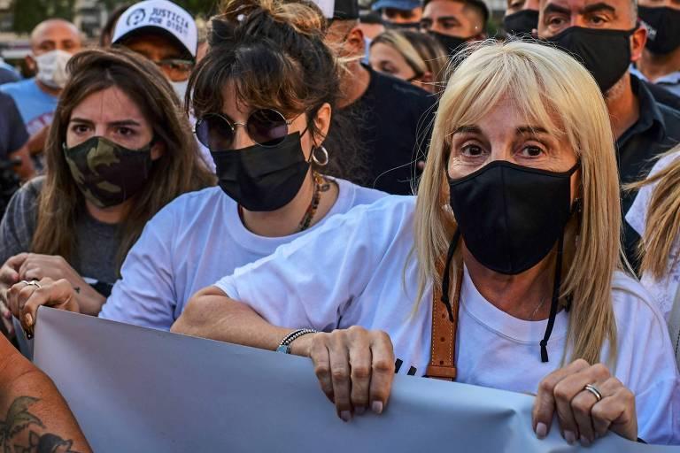 Da esq. para a dir., as filhas de Maradona, Dalma e Giannina, e sua ex-mulher, Claudia Villafane, durante manifestação em Buenos Aires
